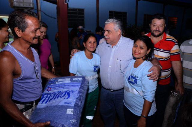 GMDSES entrega cobertores a funcionários da Gerência de Obras