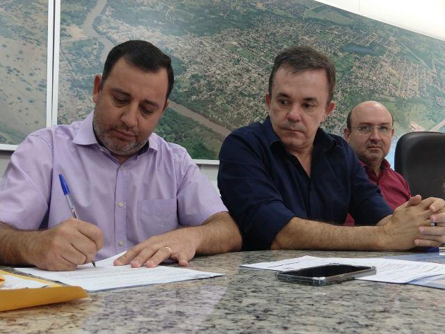 Prefeito Odilon e vereadores apresentam ao deputado Vander Loubet demandas para investimentos